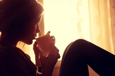 Fotomural Muchacha y café por la mañana