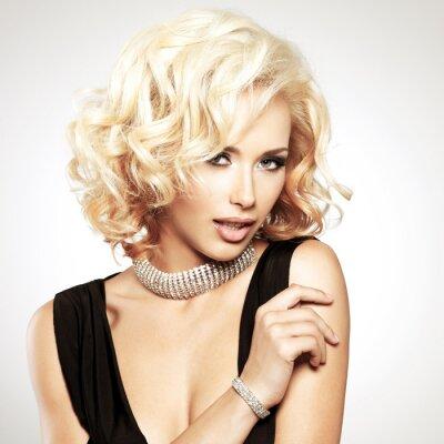Fotomural Mujer blanca hermosa con el peinado rizado