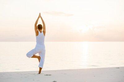 Fotomural Mujer caucásica practicar yoga en la orilla del mar
