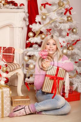 Fotomural Mujer de la Navidad en el árbol de año nuevo en el invierno
