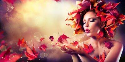 Fotomural Mujer del otoño que sopla las hojas rojas - Belleza Chica Modelo de modas