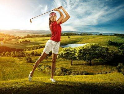 Fotomural Mujer golfista golpear el balón en el hermoso paisaje