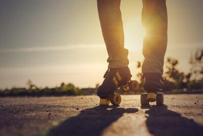 Fotomural Mujer Riding Roller Skates en Medio Ambiente Urbano