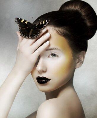 Fotomural Mujer Romántica celebración de la mariposa en la mano. Fantasía