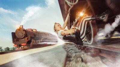 Fotomural Mujer sexy con el arma está tratando de detener el tren.