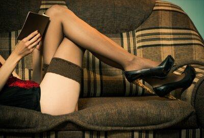 Fotomural Mujer sexy en ropa interior en un sofá reding