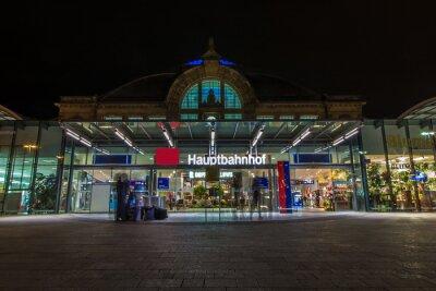 Fotomural Nachtaufnahme des Bahnhofes en Halle Saale