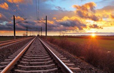 Fotomural Naranja puesta de sol en las nubes bajas sobre ferrocarril