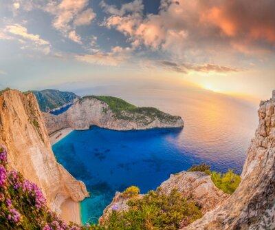 Fotomural Navagio playa con naufragio contra la puesta de sol en la isla de Zakynthos en Grecia