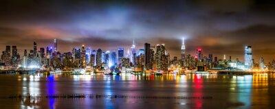 Fotomural New York City Panorama en una noche nublada como se ve desde Nueva Jersey a través del río Hudson