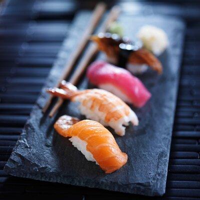 Fotomural nigiri sushi variado en la pizarra