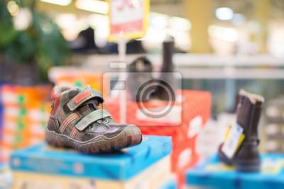Niños zapatos en el stand en el centro comercial fotomural ... 7dd2ca3b92108