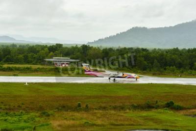 Fotomural Nok Air Bombardier Dash 8 Q Tipo 400 aviones despegar de taxi en Ranong Aeropuerto en día de lluvia 172558a junio