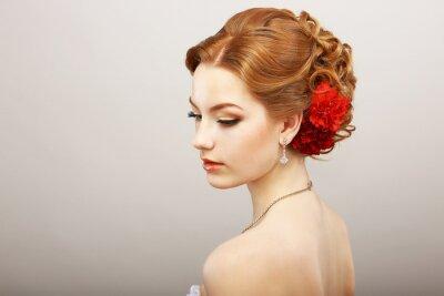Fotomural Novia. Oro del cabello femenino con la flor roja. Collar del platino