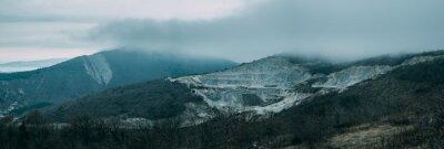 Fotomural Nubes de lluvia sobre la cresta de la montaña