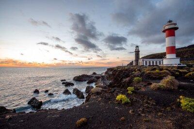 Fotomural Paisaje volcánico con faro cerca de la fábrica de sal Fuencaliente en la isla de La Palma en España