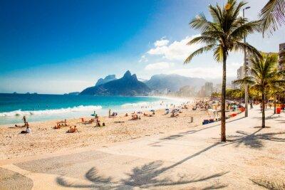 Fotomural Palmas y dos hermanos de la montaña en la playa de Ipanema, Río de Janeiro
