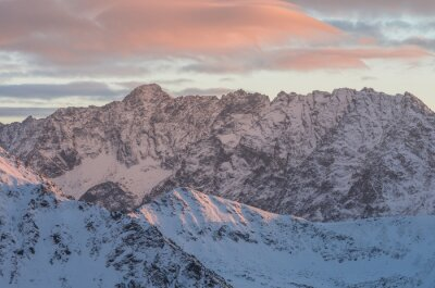 Fotomural Panorama colorido de la puesta del sol de la montaña en invierno en altos Tatras