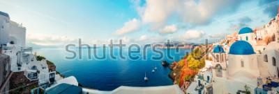 Fotomural Panorama de la mañana soleada de la isla de santorini. Centro turístico griego famoso ofira Fira, Grecia, Europa del colorido colorado de la primavera. Fondo de concepto de viaje. Foto artística post