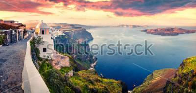 Fotomural Panorama de la mañana soleada de la isla de santorini. Salida del sol pintoresca de la primavera en el centro turístico griego famoso Fira, Grecia, Europa. Fondo de concepto de viaje. Foto artística p
