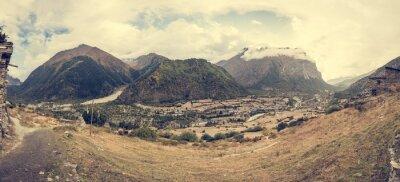 Fotomural Panorama de la montaña con la aldea tradicional de la construcción de piedra.
