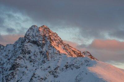 Fotomural Panorama de la puesta de sol de la montaña en invierno en el alto Tatras - pico de Swinica en frontera polaca - eslovaca