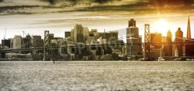 Fotomural Panorama de la puesta del sol de San Francisco con el puente de la bahía de Oakland. Estados Unidos.