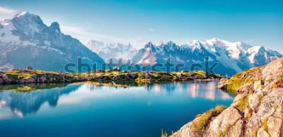 Fotomural Panorama de verano colorido del lago Lac Blanc con Mont Blanc (Monte Bianco) en el fondo, ubicación de Chamonix. Escena al aire libre hermosa en la reserva de naturaleza de Vallon de Berard, montan @
