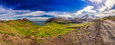 Fotomural Panorama del valle con el mar Ártico y las montañas en Islandia
