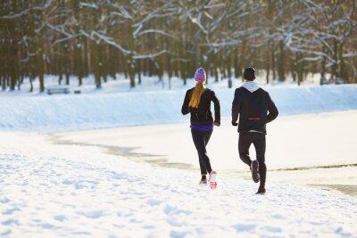Fotomural Pareja corriendo durante el invierno