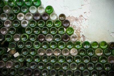 Fotomural Parte inferior de la textura de la botella. Vidrio, botellas de vino vacías sucias close-up, parte inferior del fondo verde botella de patrón
