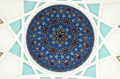 Fotomural Patrón interior de la cúpula principal de la mezquita estatal de Sarawak. La mezquita más grande para musulmanes en el estado de Sarawak, este de Malasia. Diseño de patrones de repetición en base a ge