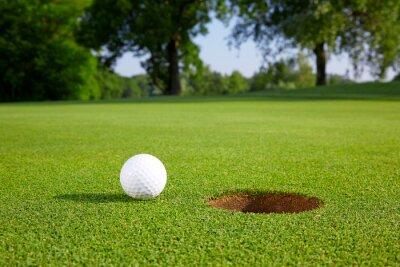 Fotomural Pelota de golf en el green