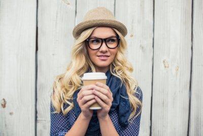 Fotomural Pensativo de moda al aire libre celebración de café rubia