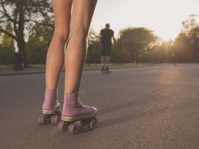 Fotomural Piernas de joven mujer patinaje en el parque