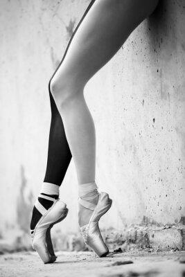 Fotomural Pies de la bailarina de primer plano sobre un fondo de textura wal hormigón