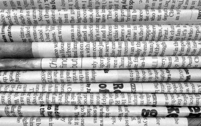 Fotomural Pila de periódicos en blanco y negro