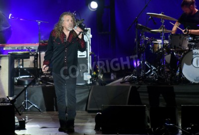 Fotomural PILSEN, REPÚBLICA CHECA - 27 DE JULIO DE 2016: Famoso cantante inglés Robert Plant Durante su actuación en Pilsen, República Checa, 27 de julio de 2016.