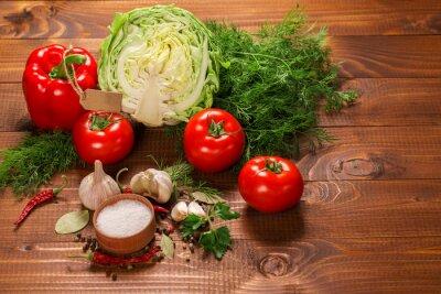 Fotomural Pimienta y tomates con ajo en una tabla de madera de la vendimia con la etiqueta