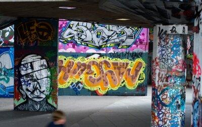 Fotomural pintada colorida debajo de un puente