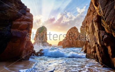 Fotomural Playa de arena entre las rocas en la puesta de sol de noche. Ursa Beach, cerca de Cabo Roca (Cabo da Roca) en la costa del Océano Atlántico en Portugal. Paisaje de verano