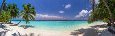Fotomural Playa panorama en Maldivas con cielo azul, palmeras y turques