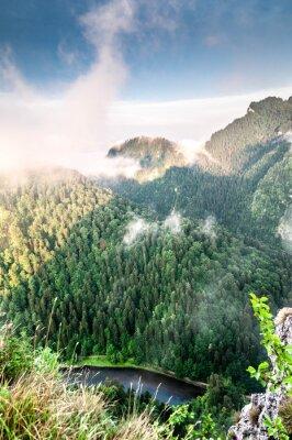 Fotomural Poranek w górach. Mglisty krajobraz.