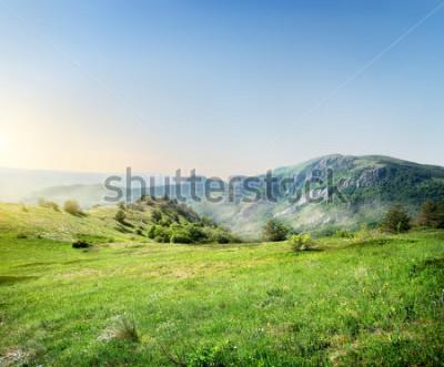 Fotomural Prado verde en el fondo de las montañas de Crimea