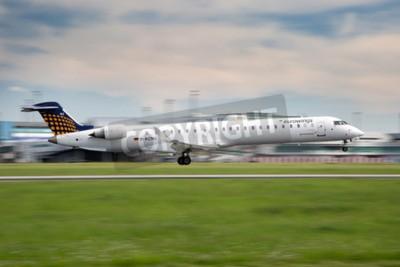 Fotomural PRAGA, REPÚBLICA CHECA - 13 de mayo: Eurowings Bombardier CRJ-900 MAL aterriza en PRG aeropuerto el 13 de mayo de 2015. Eurowings es una aerolínea de bajo coste alemana con sede en Düsseldorf.