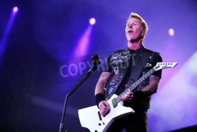 Fotomural PRAGA, REPÚBLICA CHECA - 7 DE MAYO DE 2012: Cantante y guitarrista James Hetfield de Metallica Durante una actuación en Praga, República Checa, 7 de mayo de 2012.