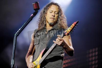 Fotomural PRAGA, REPÚBLICA CHECA - 7 DE MAYO DE 2012: Guitarrista Kirk Hammett de Metallica Durante una actuación en Praga, República Checa, 7 de mayo de 2012.