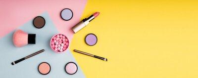 Fotomural Productos de maquillaje y cosméticos decorativos sobre fondo de color plano. Concepto de blogging de moda y belleza. Formato web largo para banner.