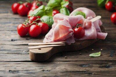 Fotomural Prosciutto tradicional italiana con tomate y albahaca en la madera
