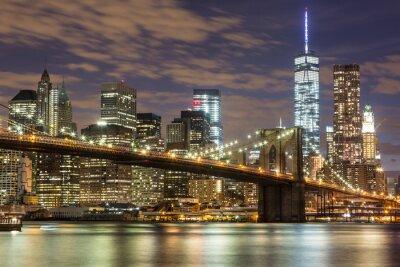 Fotomural Puente de Brooklyn y el centro de rascacielos en Nueva York en la oscuridad